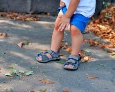 Почему у ребенка болят колени — что делать родителям?