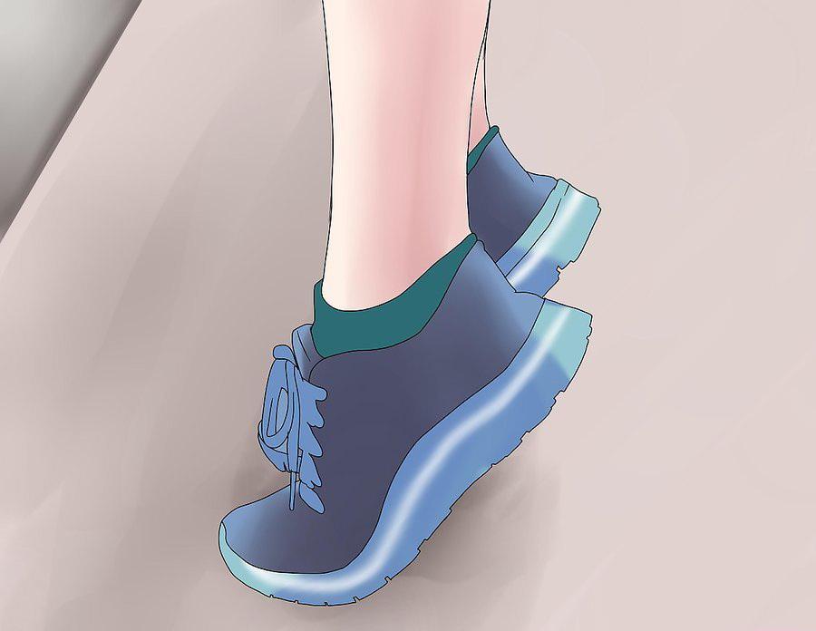 Можно вставить между большим и указательным пальцами ног небольшой кусочек поролона