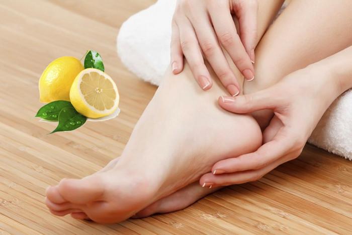 Наносите лимонный сок на подошвы ног