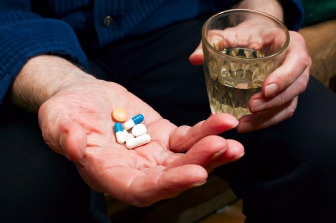 Обязательно нужно принимать назначенные врачом препараты, не прерывая лечение и не изменяя дозировку