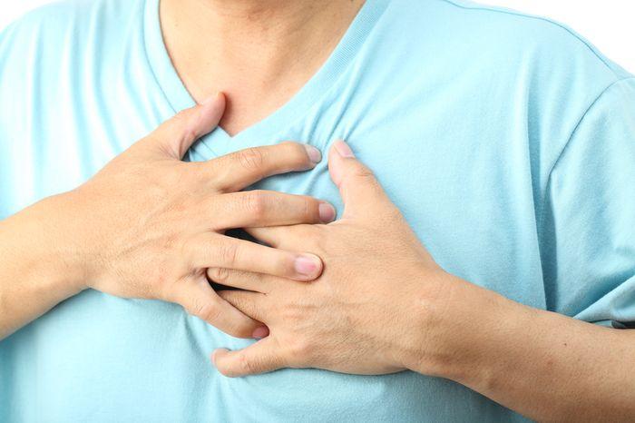 Остеохондроз грудного отдела позвоночника проявляется, преимущественно, болями в спине и грудной клетке