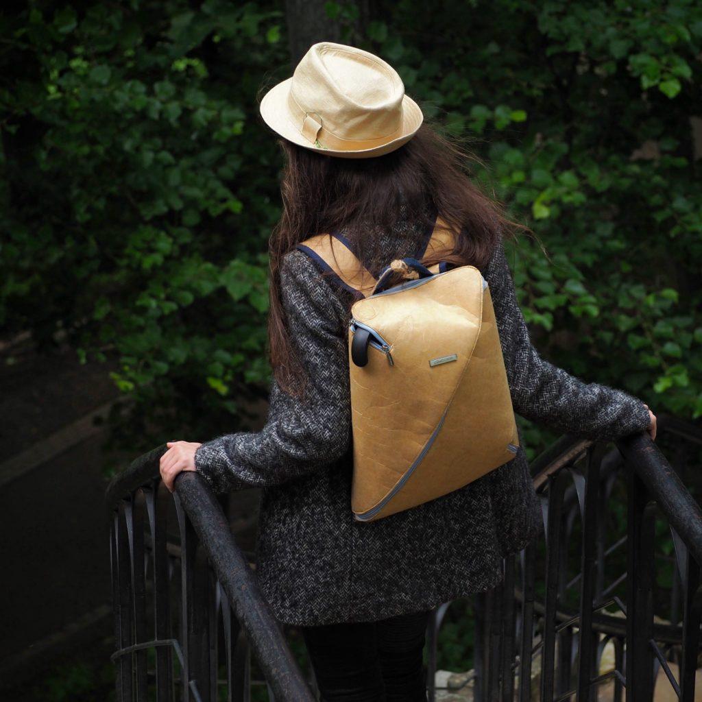 Откажитесь от ношения тяжестей, а личные вещи переложите в небольшой рюкзак, чтобы равномерно распределить вес на оба плеча