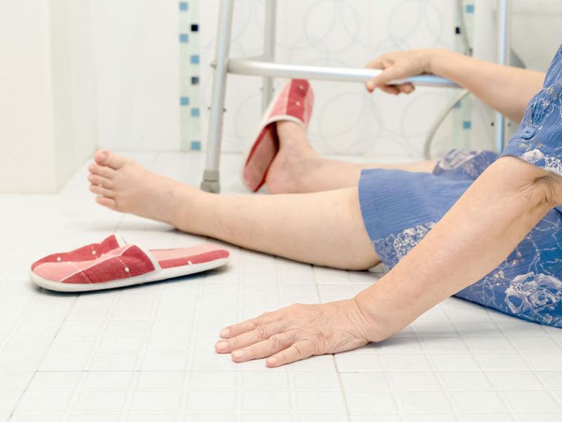 Отсутствие возможности двигать ногой и перемещать ее самостоятельно - один из симптомов перелома