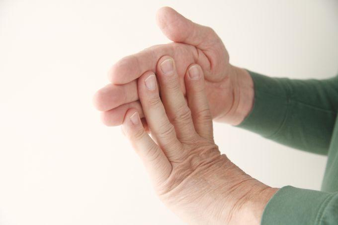 Пальцы могут неметь из-за защемления нервных корешков при шейном остеохондрозе