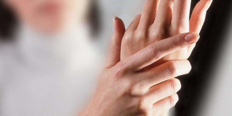 Пальцы немеют из-за недостатка питательных веществ и кислорода, вызывающего сбои в нервных проводимостях