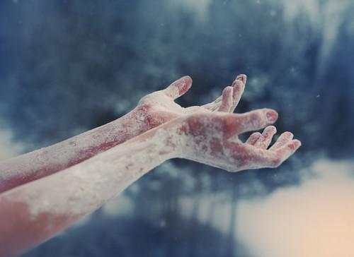 Пальцы немеют из-за сужения сосудов под воздействием холода