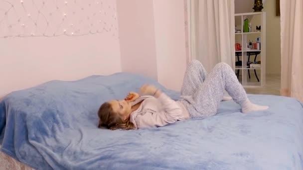 Согните ноги в коленях, ступнями опирайтесь об кровать