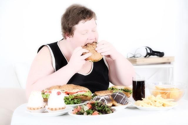 Тяжелая жирная пища является одной из возможных причин