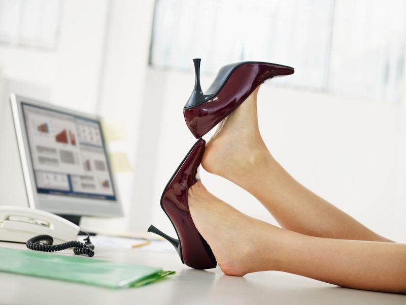 Частое ношение обуви на каблуках может привести к воспалению фасций