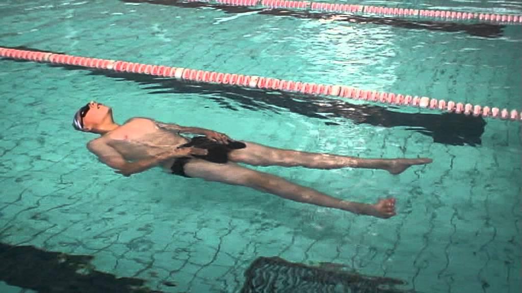 Плавание при грыже поясничного отдела позвоночника поможет растянуть спину, укрепить мышцы, восстановить обменные процессы и кровообращение