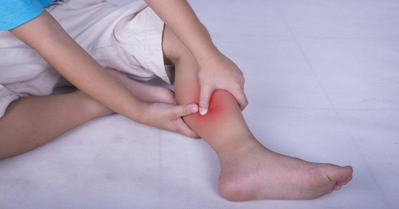 До 60% взрослых людей сталкивались с неприятным и часто болезненным явлением, при котором ноги ночью сводит, что нередко вызывает бессонницу