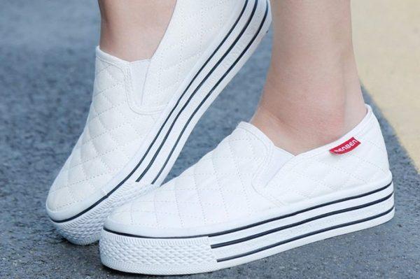 Лучше всегда носить удобную обувь – это защитит от трещин