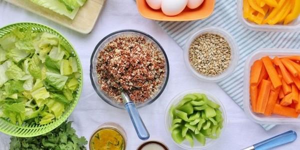 Желательно добавить в рацион больше куриных яиц, печени, моркови