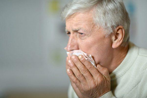 При нарушениях работы органов дыхания наблюдается не только боль в грудной клетке слева, но и кашель, отделение мокроты
