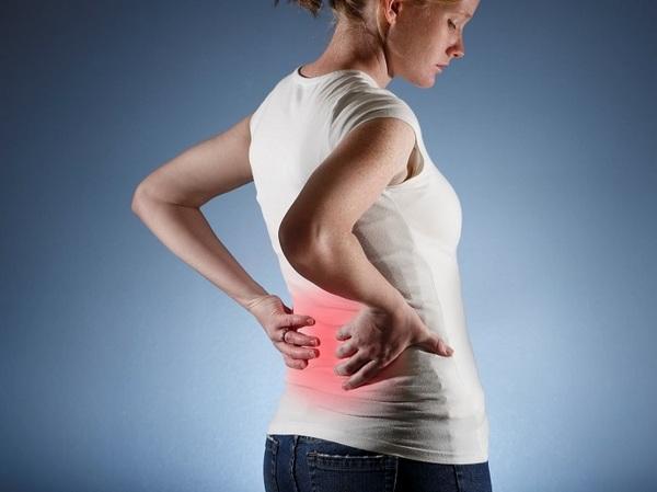 Межпозвонковая грыжа часто сопровождается болью в спине и ногах