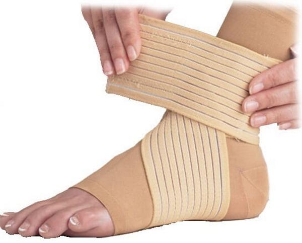 Важно не пережать ногу эластичным бинтом, чтобы не нарушить кровообращение