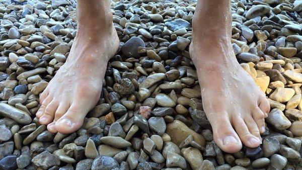 Врачи рекомендуют ходить по песку и гальке – это обеспечивает массаж стоп