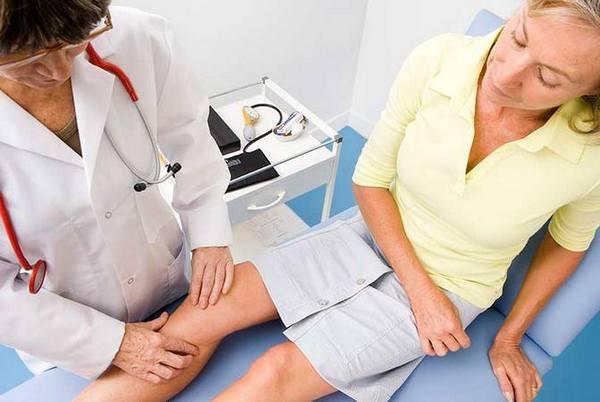 Врач определит, может ли пациент свободно двигать коленом