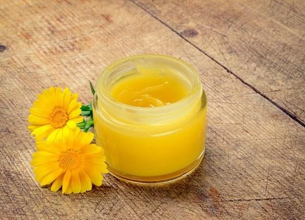 Подойдет для лечения трещин на пятках и пчелиный воск