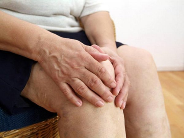 Иногда боль под коленом связана с долгим нахождением в одном положении