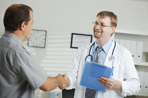 Врач осмотрит пациента и определит, есть ли у него определенные рефлексы