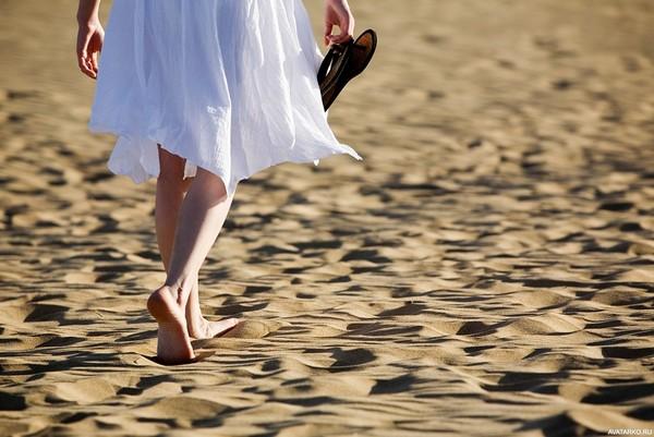 Не стоит ходить босиком по горячему песку – это способствует высушиванию кожи