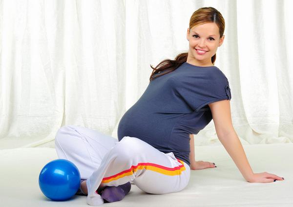 Если женщина занимается фитнесом во время беременности, носить бандаж необязательно