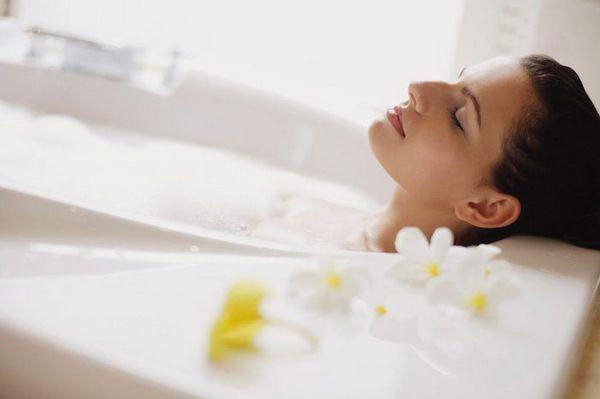 Если боль была вызвана переутомлением, можно принять теплую ванну