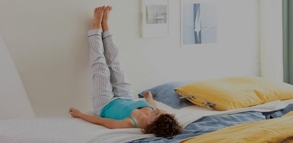 Врачи советуют «закидывать» ноги на стену и сохранять такое положение в течение 10-15 минут