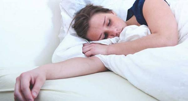 Человек может занимать неудобное положение тела во время сна, из-за чего его руки могут онеметь
