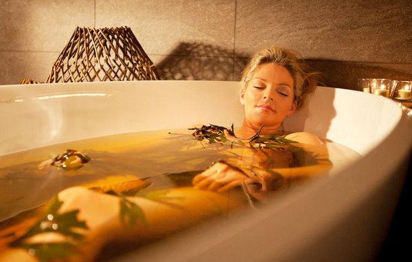 Можно принимать ванны с лечебными настойками