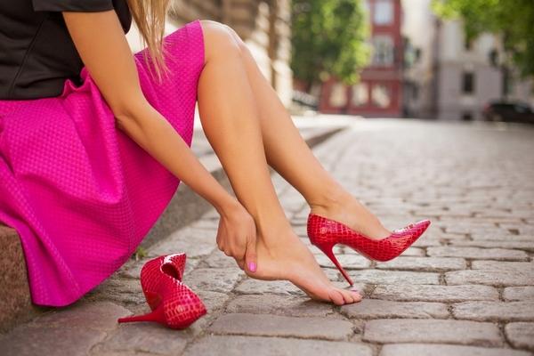 Ношение неудобной обуви приводит к ощущению, что ступни горят