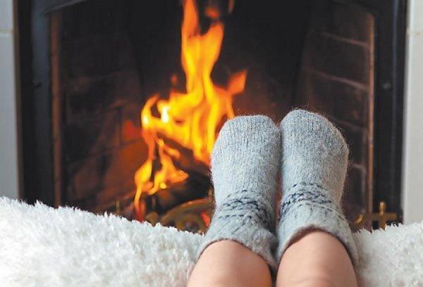 Такое ощущение возникает и в том случае, если у человека замерзли ноги