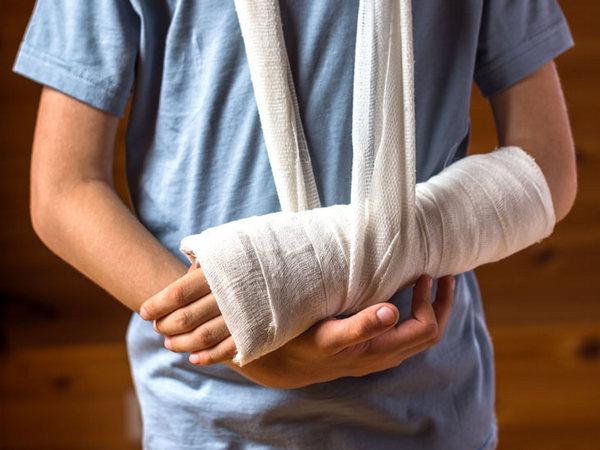 При переломе человек ощущает онемение рук