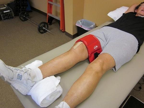 Если боль возникла внезапно, необходимо уложить пострадавшего на твердую ровную поверхность