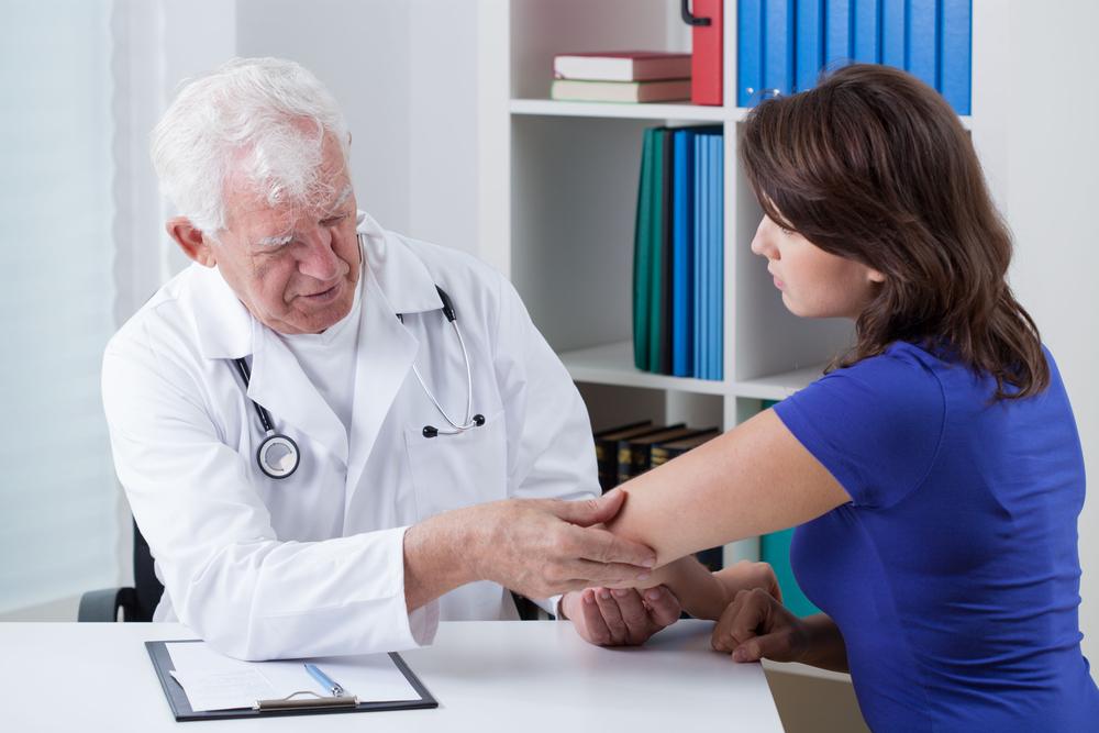 Если беспокоит боль в локте, необходимо обратиться к терапевту