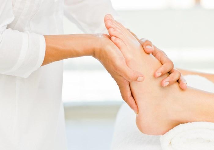 Если беспокоят отеки, не являющиеся следствием травмы, необходимо обращаться к терапевту