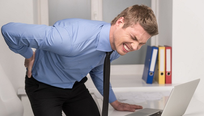 Корешковый синдром поясничного отдела проявляется в виде резкой боли при наклонах и движении