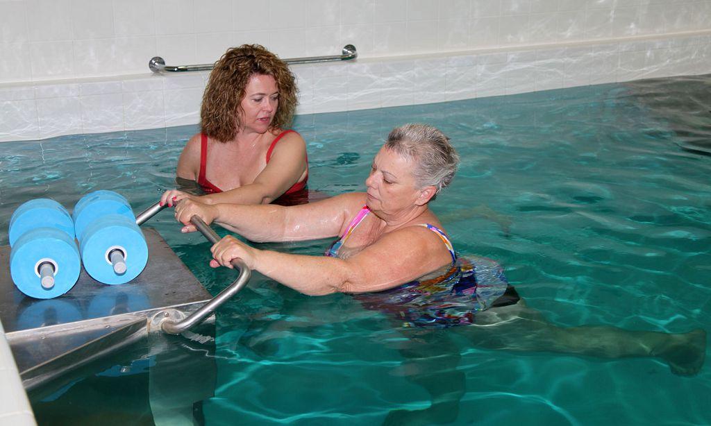 Плавание позволяет пациенту восстановить организм, улучшая кровоток и питание мышечных и хрящевых тканей